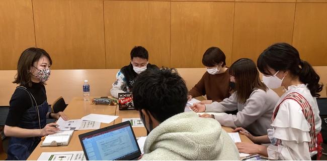 ⑧:教室での学生と企業担当者とのディスカッション中の様子(1)_浦野 寛子