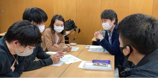 ⑩:教室での学生と企業担当者とのディスカッション中の様子(3)_浦野 寛子