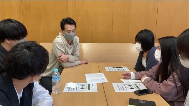 ⑨:教室での学生と企業担当者とのディスカッション中の様子(2)_浦野 寛子